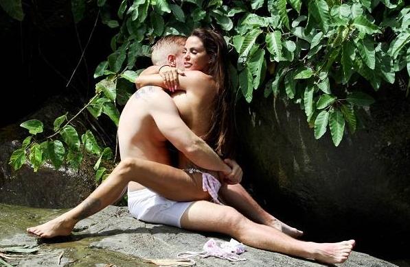 Голая Кэти Прайс предалась любовным утехам на глазах у папарацци